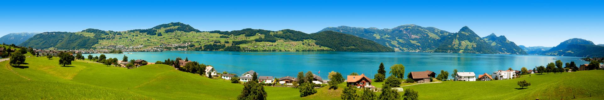 Uitzicht op een prachtig meer in Zwitserland