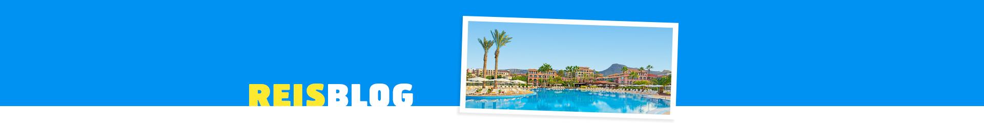 Uitzicht op het blauwe zwembad bij een hotel op de Canarische Eilanden