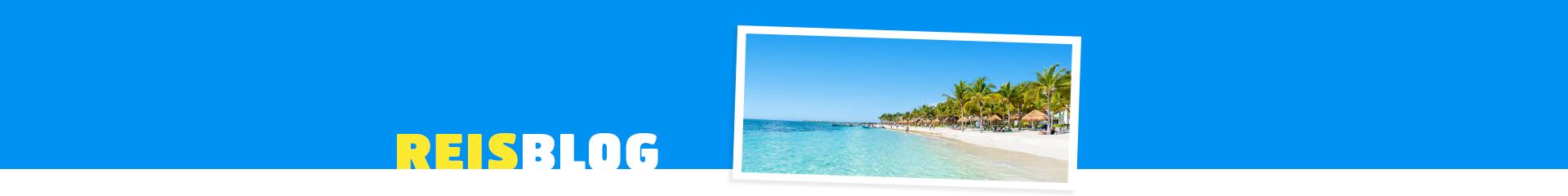 Helder blauwe zee met wit zandstrand
