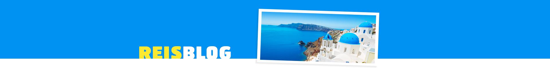 Het witte gebouw met blauwe koepel in Oia, Griekenland