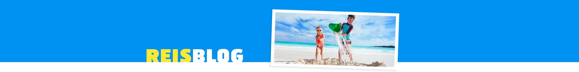 Kinderen spelen met het water op een wit strand. Mooi uitzicht op met helder blauw water.
