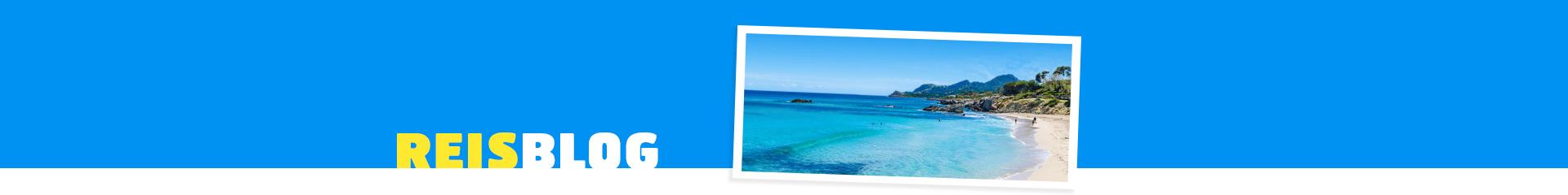 Helderblauwe zee met wit zandstrand op Mallorca