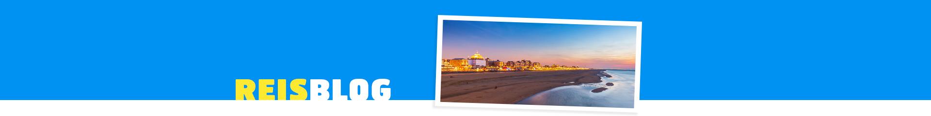 Uitzicht op het strand en de kustlijn van Scheveningen bij zonsondergang