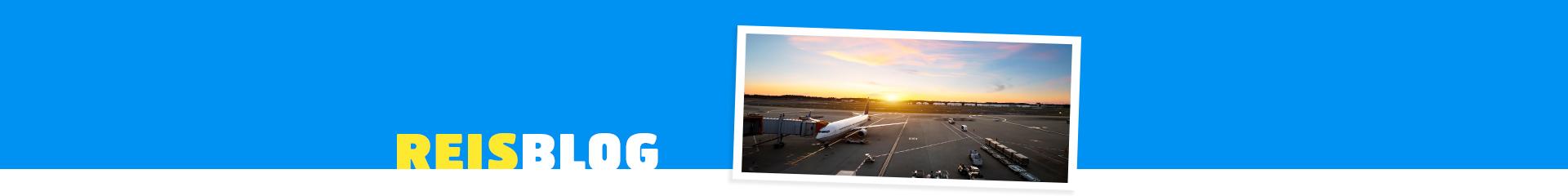 Vliegtuig gekoppeld aan een hangaar met de zonsondergang.