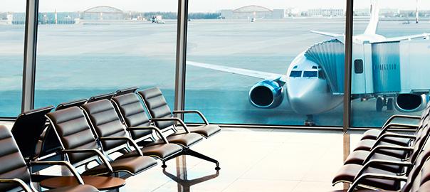 Op het vliegveld in de wachtruimte