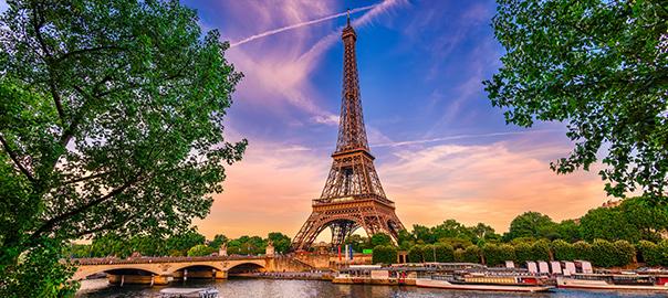 Eiffeltoren bij zonsondergang met prachtige lucht