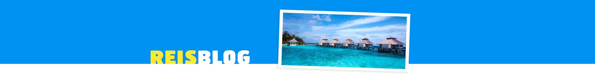 Prachtige blauwe zee met huisjes