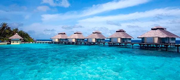 Waterbungalows met helderblauwe zee