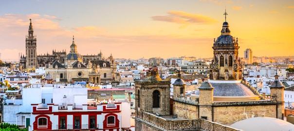 Uitzicht over een prachtige stad bij zonsondergang