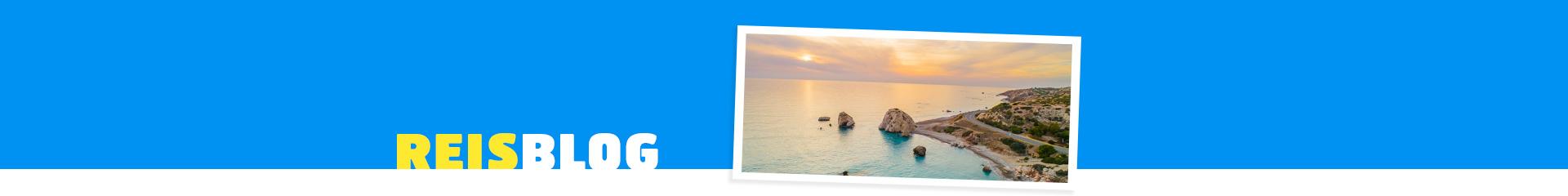 Foto van een zonsondergang met de zee en bergen in Paphos