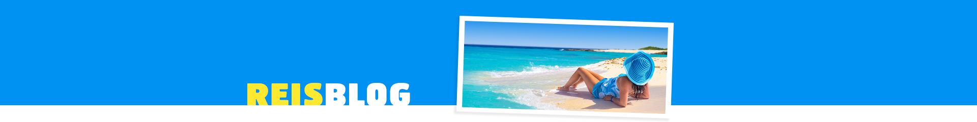 Vrouw ligt op het witte strand, uitkijkend naar de prachtige azuurblauwe zee.