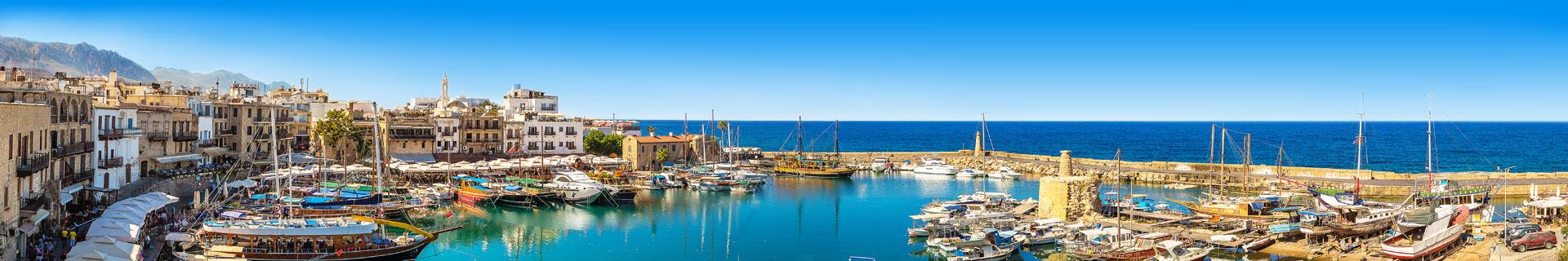 Haven, met boten en uitzicht over de zee in Cyprus