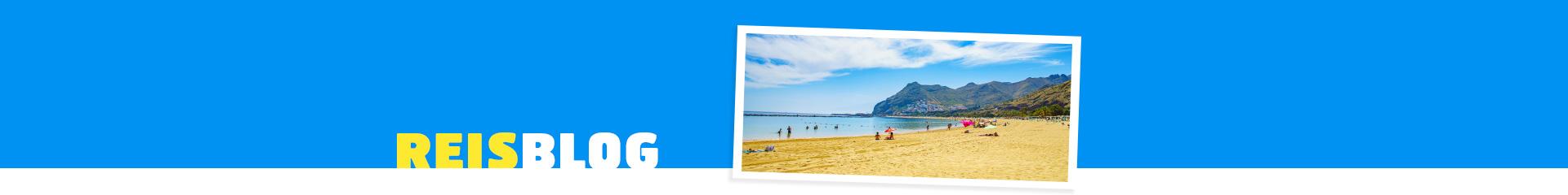 Strtand met vakangtiegangers met prachtig blauwe zee.