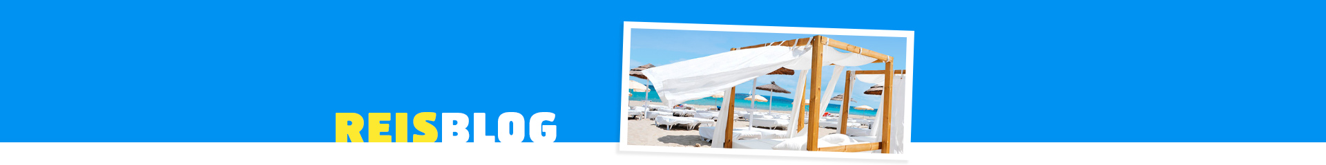 Zonnebed, op het strandmet blauwe zee op de achtergrond