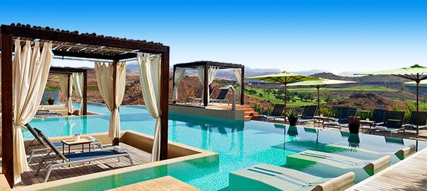 Luxe resort met zwembad en bali bedden